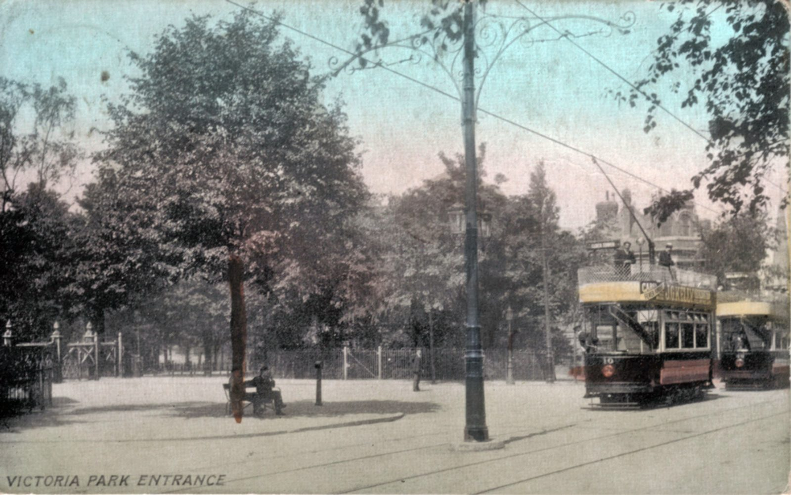 Victoria Park, Leicester. : Tram passing the entrance gates to Victoria Park. Franked 1905 (File:1001)