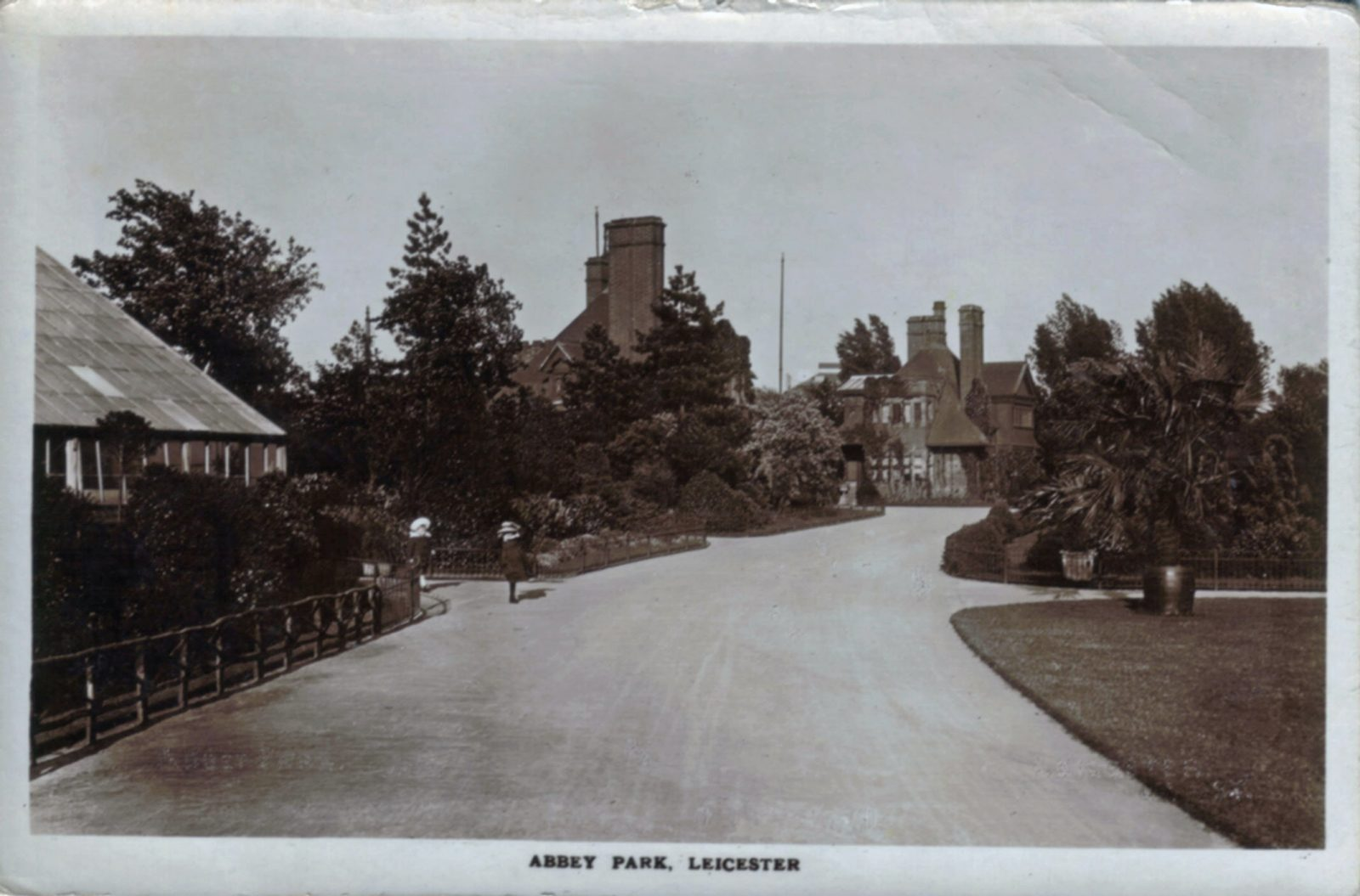 Abbey Park, Leicester. Undated: Broad walk leading to entrance gates. Franked 1926 (File:1017)
