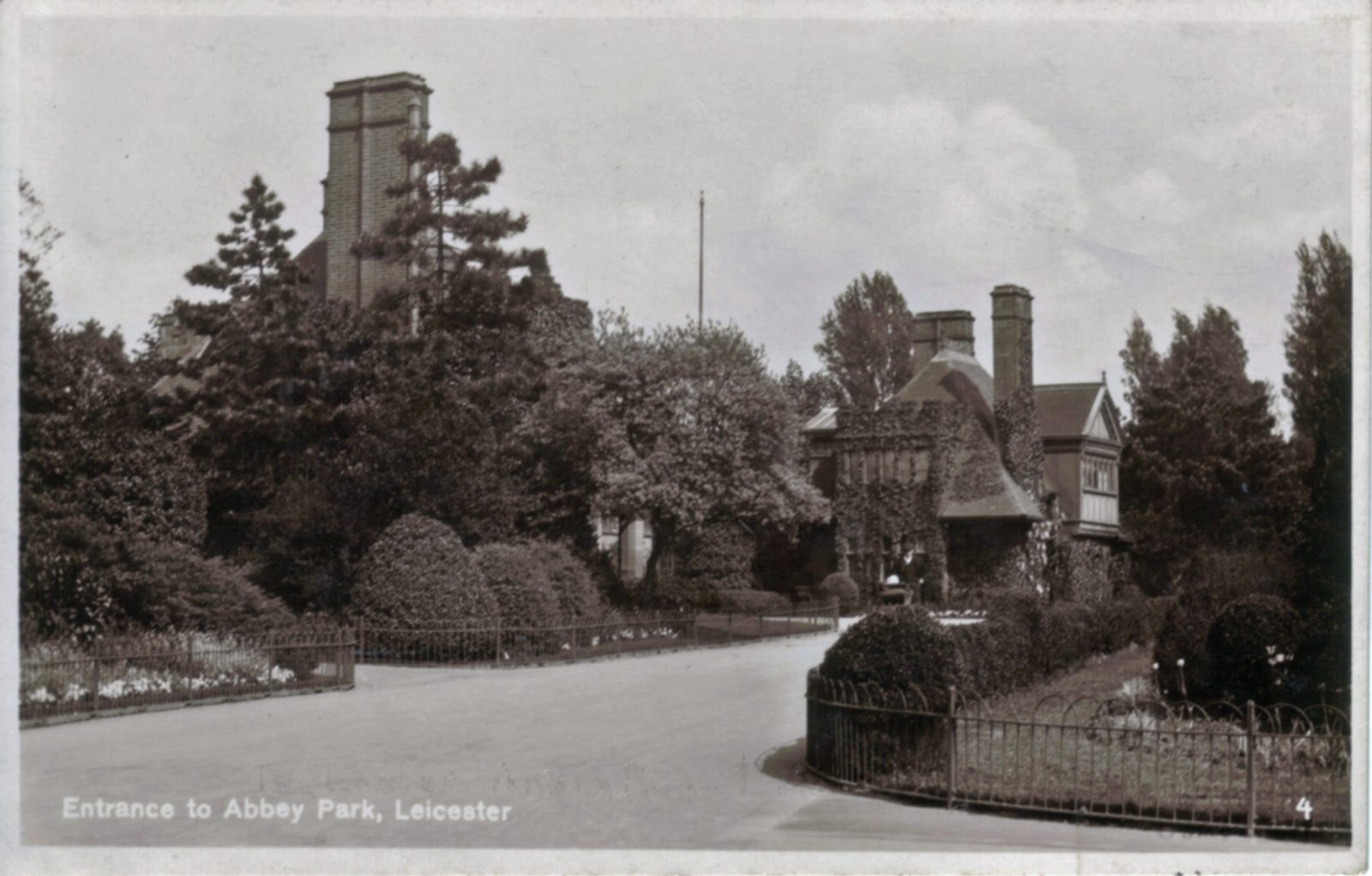 Abbey Park, Leicester. 1921-1940: Broad walk leading to entrance gates. Franked 1926 (File:1018)