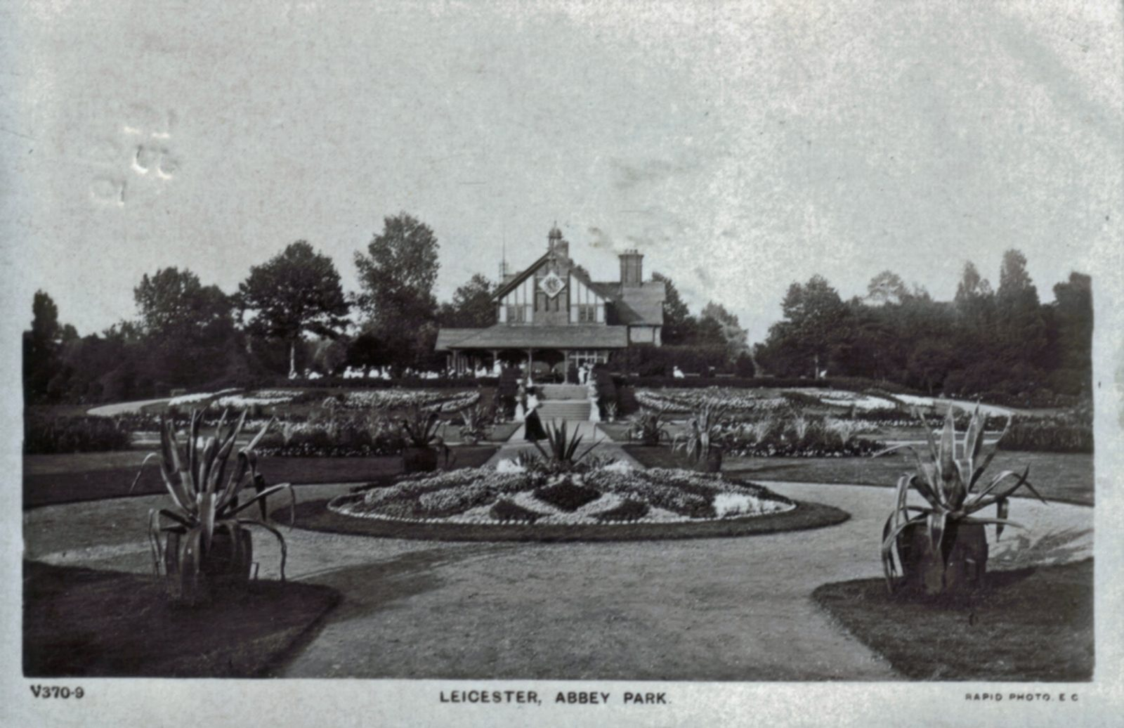 Abbey Park, Leicester. 1901-1920: Pavilion and carpet bedding. Franked 1910 (File:1030)