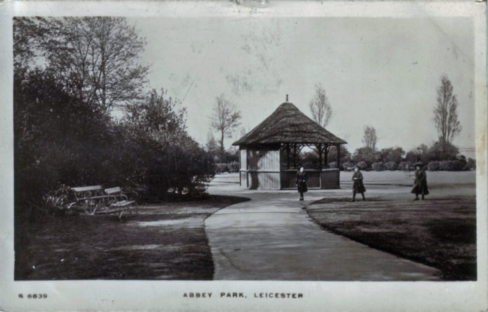 Abbey Park, Leicester. 1901-1920: Path and gazebo. Franked 1911 (File:1048)