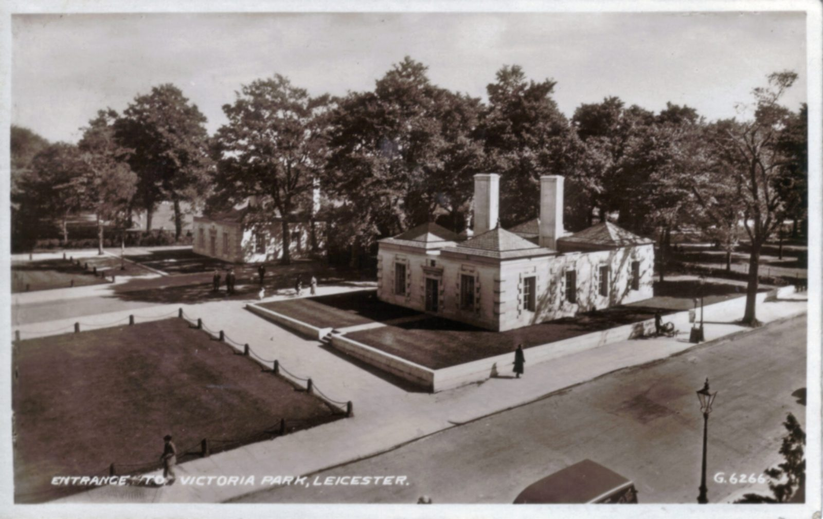 Victoria Park, Leicester. 1921-1940: Lutyens lodge, with railings removed during 2nd World War. Franked 1940. (File:1069)