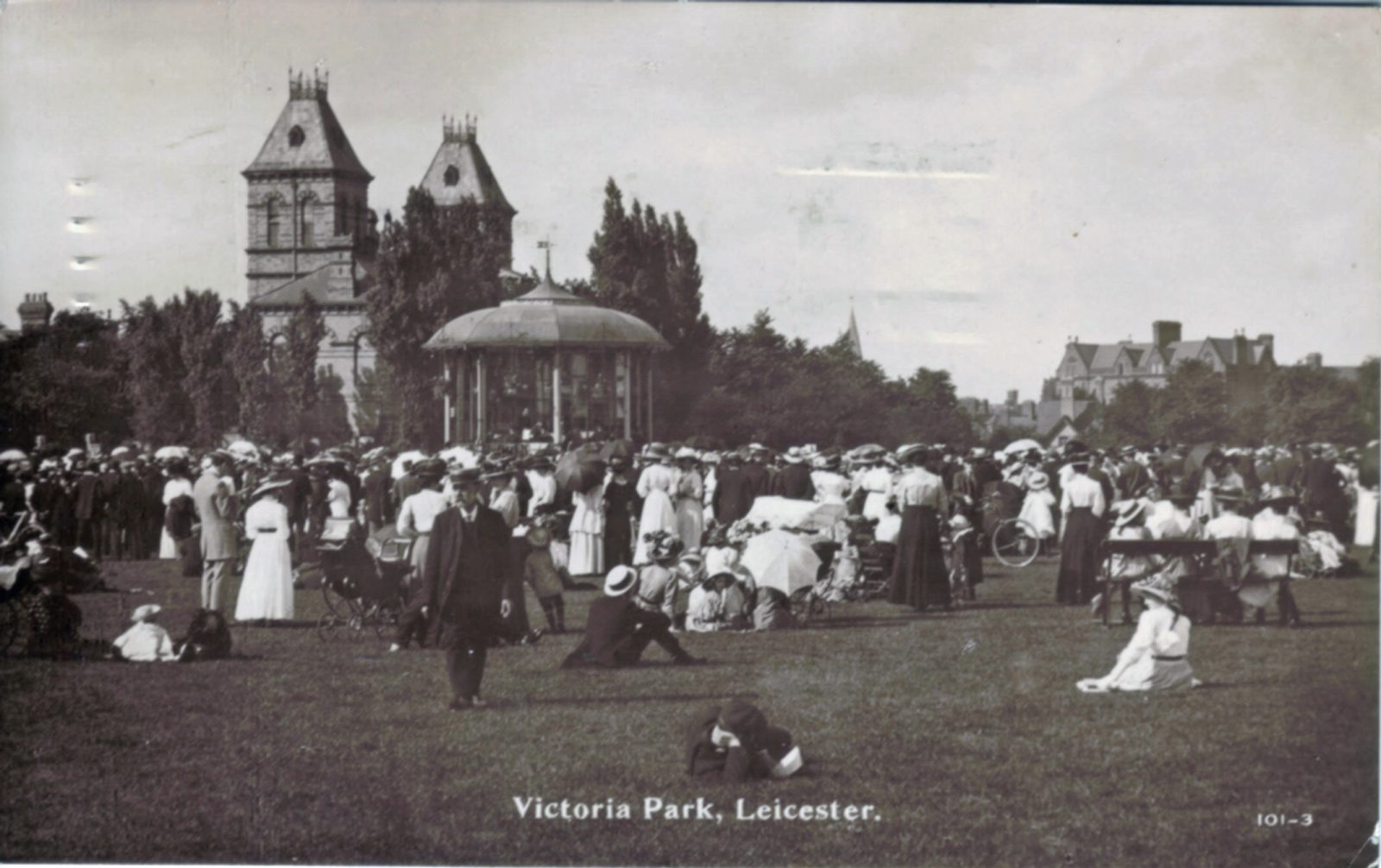 Victoria Park, Leicester. 1901-1920: Pavilion with bandstand and crowd. Posted 1904-10 (File:1070)