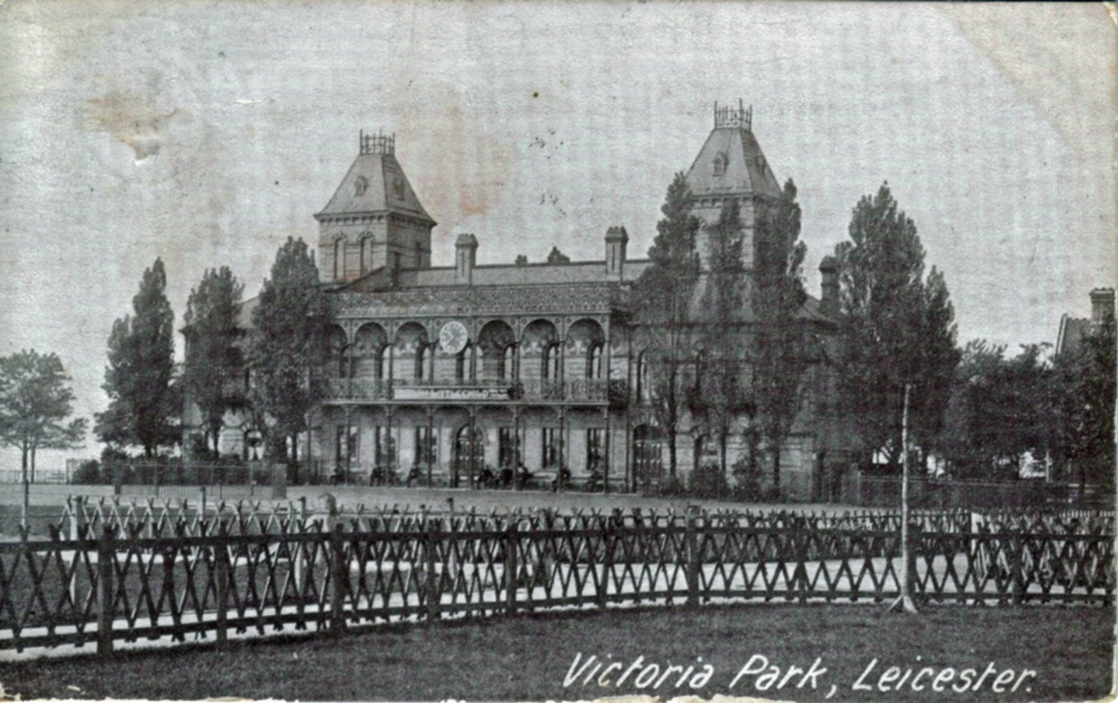 Victoria Park, Leicester. 1901-1920: Pavilion with rustic fencing. Franked 1909 (File:1072)
