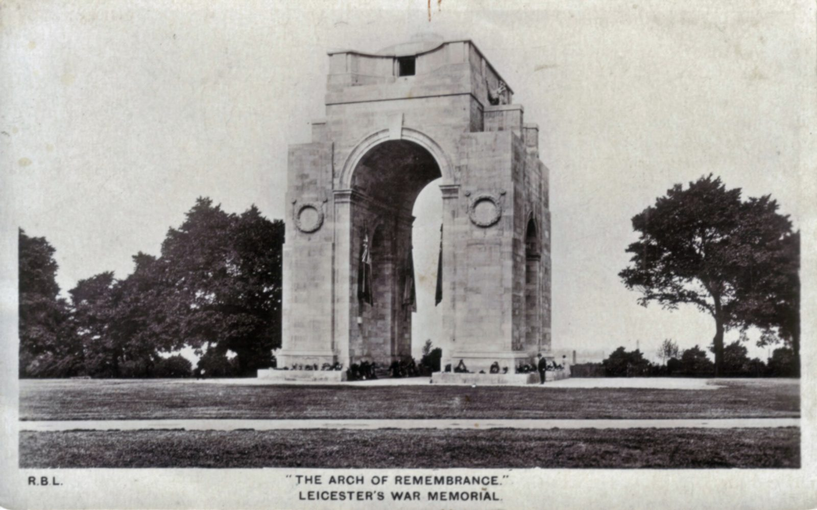 Victoria Park, Leicester. Undated: The arch of remembrance. Leicester War Memorial. (File:1228)
