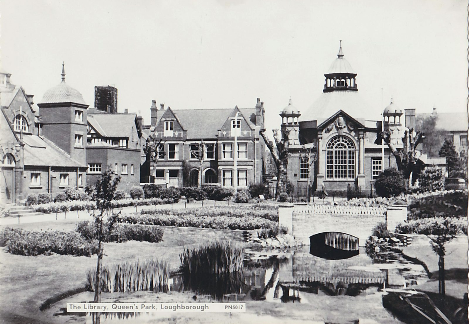 Queens Park, Loughborough. 1901-1920: The Library and bath house. (File:1447)