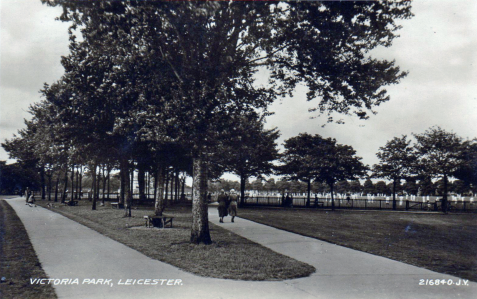 Victoria Park, Leicester. 1921-1940: Large chricket match in progress in the background. Franked 1934 (File:1523)