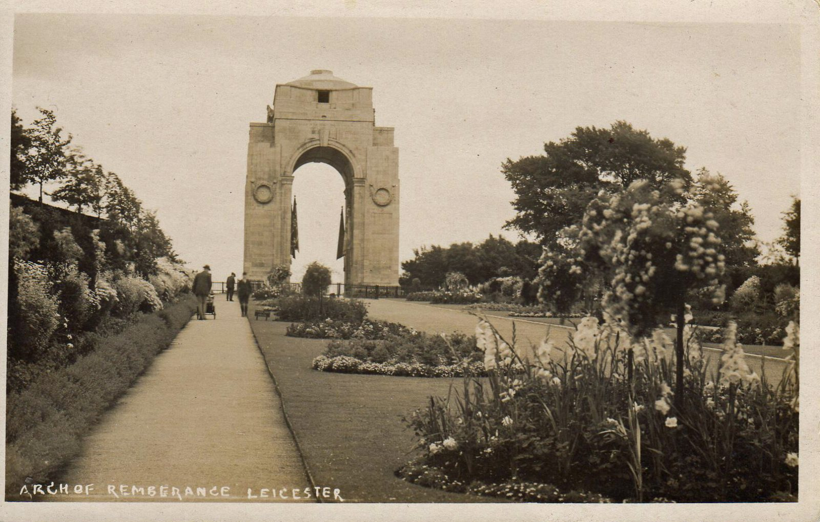 Victoria Park, Leicester. Undated: The Arch of Remembrance (File:1568)